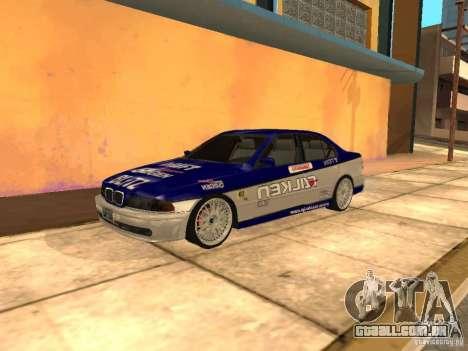 BMW 5-er E39 v2 para GTA San Andreas traseira esquerda vista