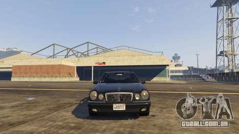 GTA 5 Mercedes-Benz W210 v1.0 traseira direita vista lateral